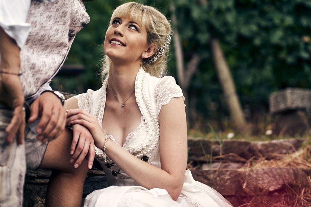 Hochzeitsfotos von lächelnder Braut in Tracht