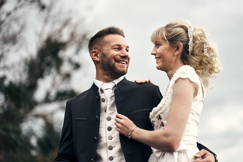 Hochzeitsfotos von glücklichem Brautpaar in Tracht