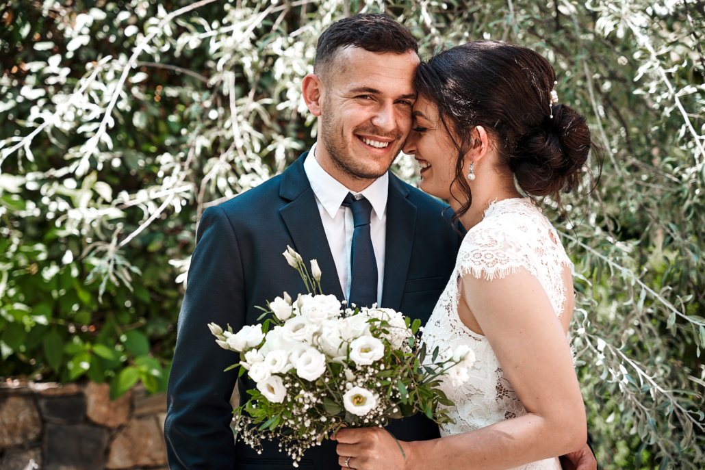 Hochzeitsfotos von lachendem Brautpaar