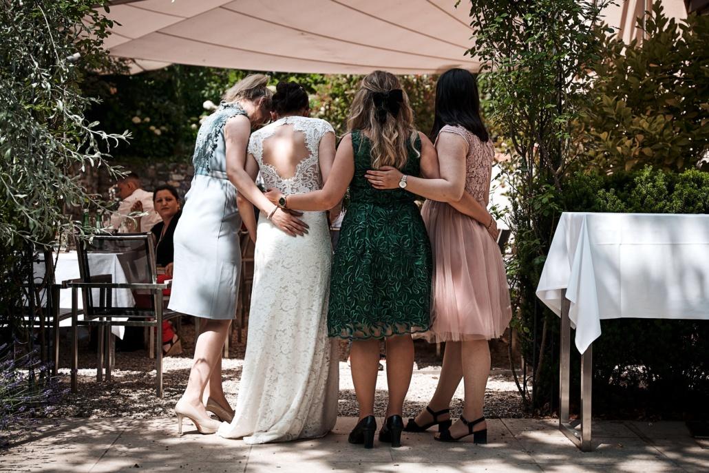 Brautjungfern und Braut Rückenansicht