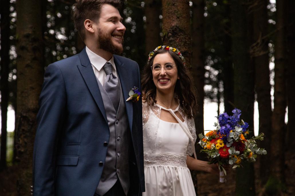 Fotoshooting in Andorf: Lachendes Brautpaar im Sauwald.