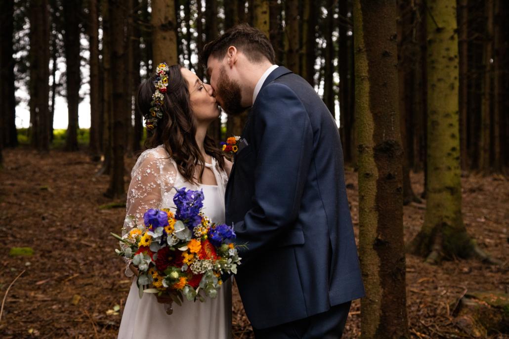 Hochzeitsfotos aufgenommen in Andorf: Brautpaar küssend im Sauwald