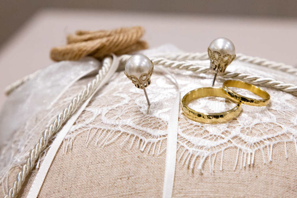 Hochzeitsringe und Ohrstecker